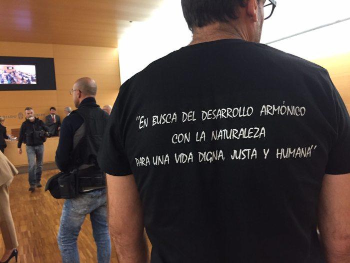 foto julio concepcion, camisa en defensa de la playa de la tejita, podemos cabildo tenerife