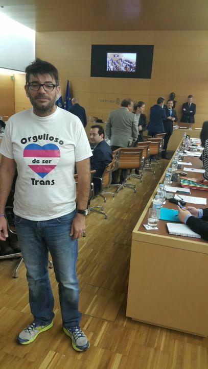 foto julio concepcion camisa en defensa orgullo gay, pleno cabildo tenerife