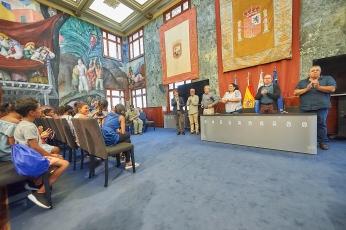 recepcion niños saharauis en cabildo tenerife, con fernando sabate, grupo podemos (julio 2017)