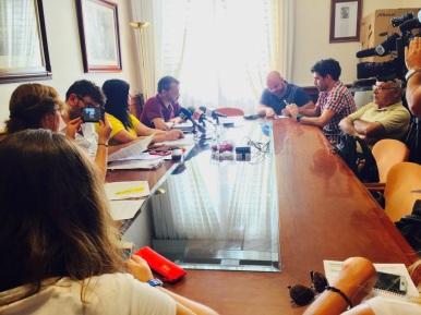 rueda de prensa grupo insular podemos y representante antidesahucios granadilla (israel ojel) en cabildo tenerife (julio 2017)