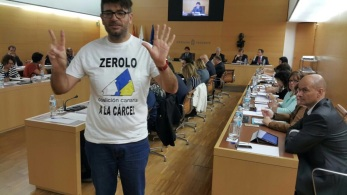 zerolo a la carcel, camisa protesta julio concepcion en pleno cabildo tenerife (podemos tenerife, pleno insular abril 2017)